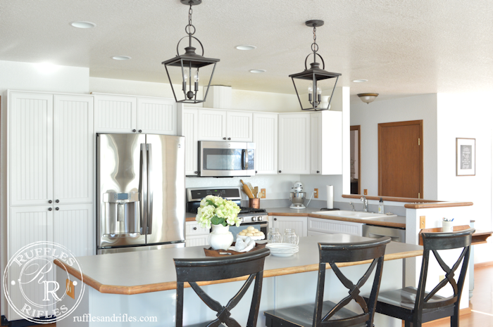 Farmhouse Pendant and Recessed Lights in Kitchen